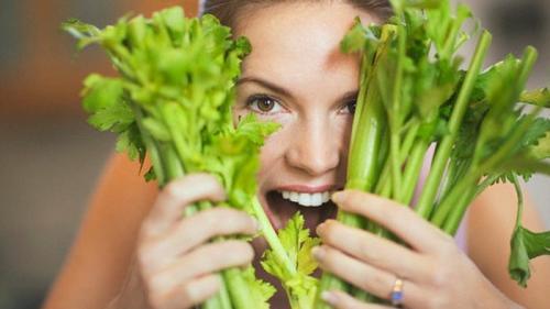 Можно ли использовать в пищу листья корневого сельдерея. Можно ли есть в сыром виде и как